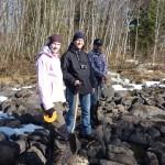 Stina, Martin och Bronco inspekterar den gamla fåran
