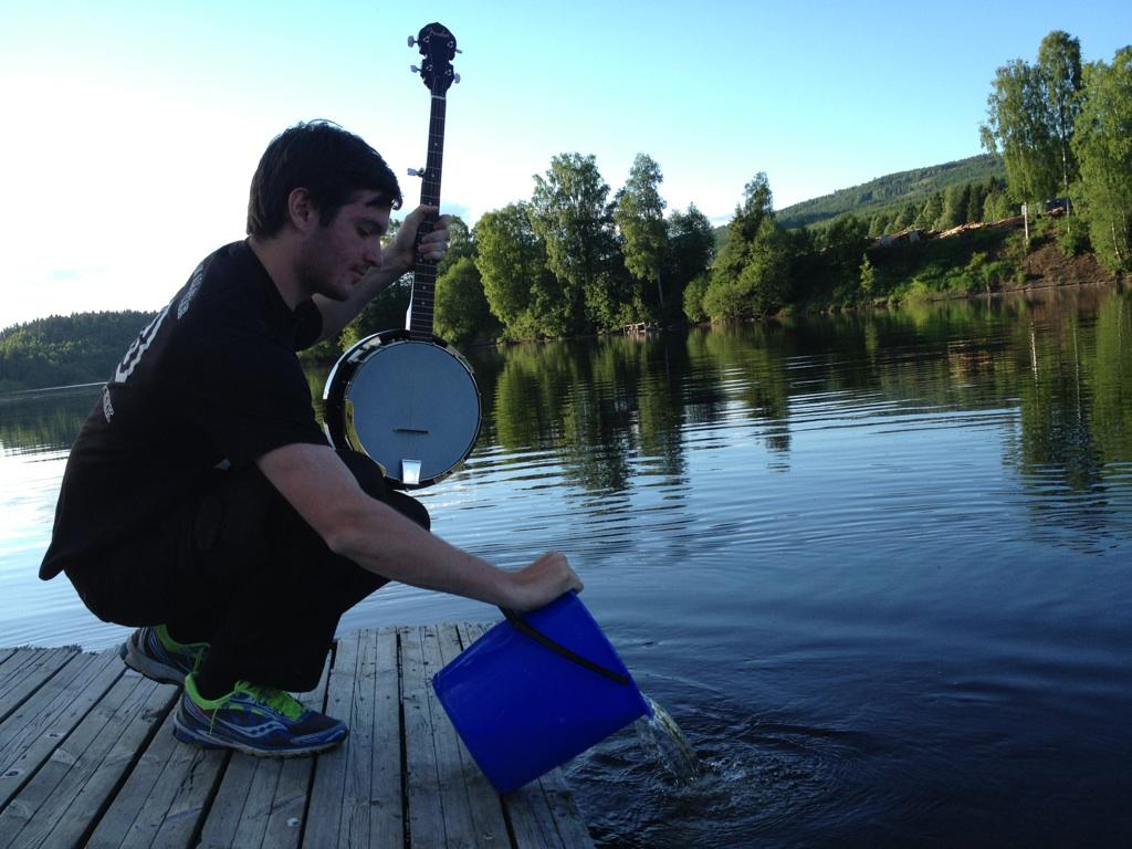 Jacob önskar de små liven all lycka med en sista banjoslinga i sann nordvärmländsk anda.